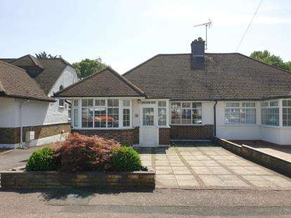2 Bedrooms Bungalow for sale in Brackendale, Potters Bar, Hertfordshire