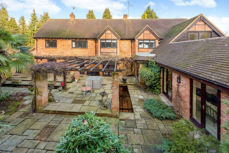 4 Bedrooms Detached House for sale in Burchetts Green Lane, Berkshire