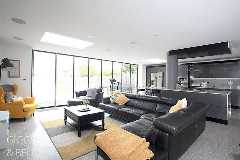 3 Bedrooms Semi Detached House for sale in St. Martins Avenue, Round Green, LUTON, LU2
