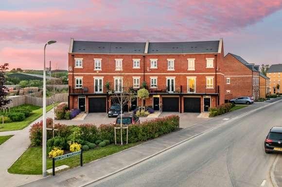 4 Bedrooms Property for sale in Cogent Crescent, Racecourse, Newbury, RG14