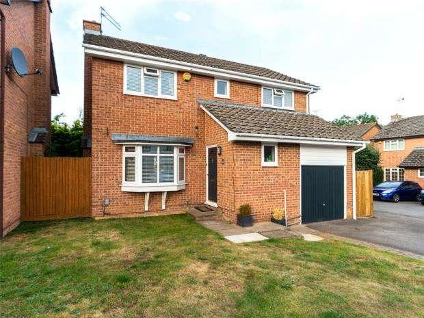 4 Bedrooms Detached House for sale in Highworth Way, Tilehurst, Reading