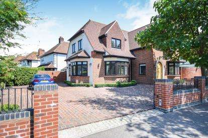 4 Bedrooms Detached House for sale in Thorpe Bay, Essex, .