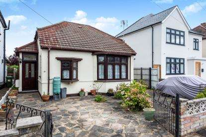 2 Bedrooms Bungalow for sale in Hornchurch, Havering, Essex