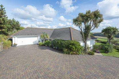 3 Bedrooms Bungalow for sale in Mawgan Porth, Newquay, Cornwall