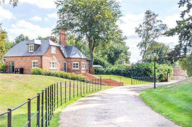 5 Bedrooms Detached House for sale in North Court, The Ridges, Wokingham