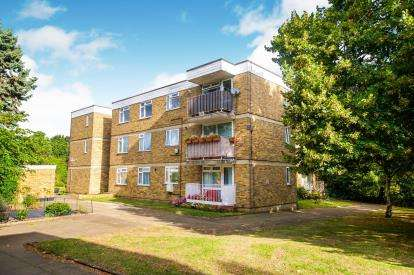 2 Bedrooms Flat for sale in Coleswood, Simmons Close, Whetstone, London