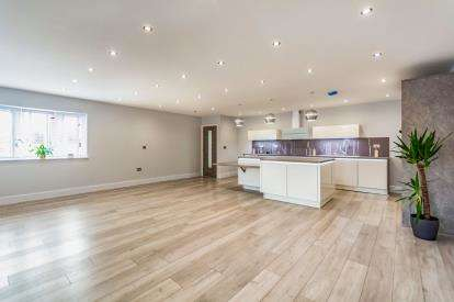 3 Bedrooms Bungalow for sale in Stablefold, Mossley, Tameside, Greater Manchester