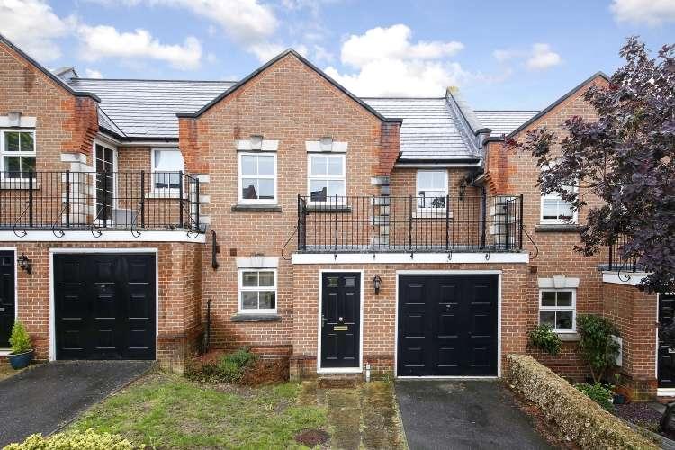 3 Bedrooms Terraced House for sale in Howerd Way London SE18