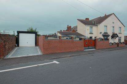 2 Bedrooms End Of Terrace House for sale in Mace Street, Old Hill, Cradley Heath, West Midlands