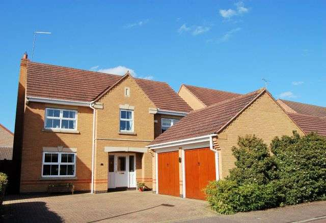 4 Bedrooms Property for sale in Lynmore Close, Hunsbury Meadows, Northampton NN4 9QU