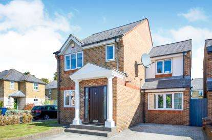 3 Bedrooms Detached House for sale in Earl Close, London