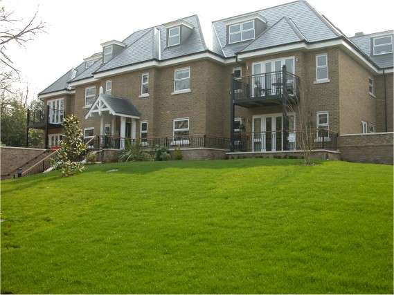 2 Bedrooms Flat for rent in Long Gables, South Park, Gerrards Cross, SL9