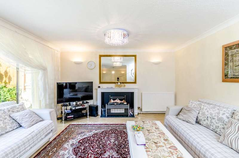 4 Bedrooms Detached House for sale in Wakehams Hill, Pinner, HA5