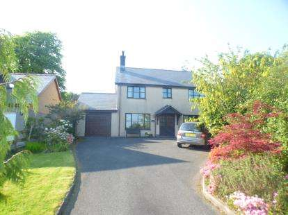 4 Bedrooms Detached House for sale in Hendre Gadredd, Pentrefelin, Criccieth, Gwynedd, LL52