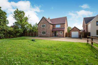 4 Bedrooms Detached House for sale in Norwich Road, Besthorpe, Norfolk