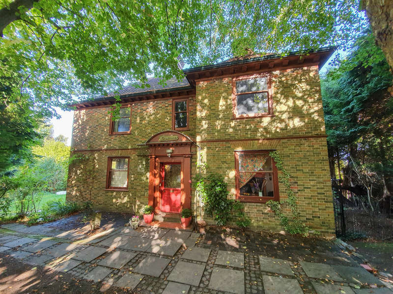 4 Bedrooms Detached House for sale in Chapel Lane, Forest Row