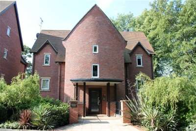 2 Bedrooms Flat for rent in Lincoln Court, Chantry Road, Moseley, Birmingham B13 8DH