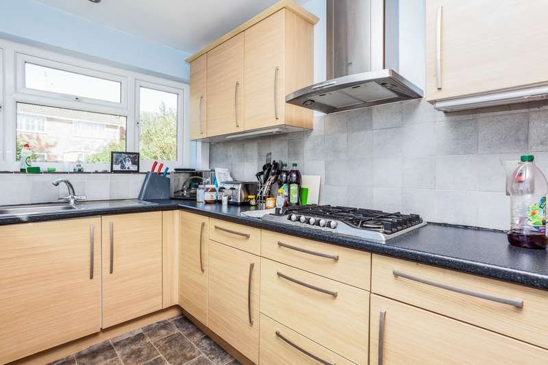 3 Bedrooms Chalet House for rent in St Johns Avenue, Burgess Hill