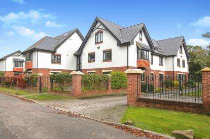 2 Bedrooms Flat for sale in Hunters Lodge, Hunters Close, Wilmslow, Cheshire