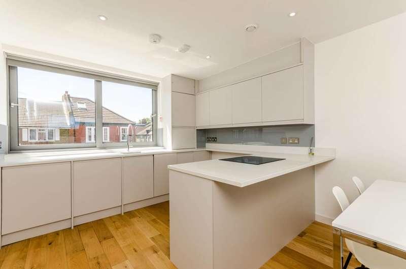 2 Bedrooms Flat for rent in Radbourne Road, Balham, SW12