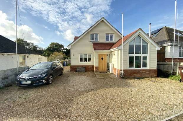 3 Bedrooms Detached House for sale in Wannock Drive, Polegate, BN26
