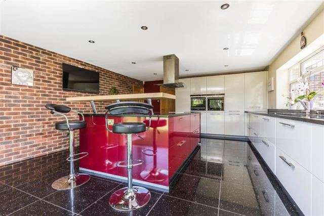 4 Bedrooms Detached House for sale in 94 Five Heads Road, Horndean, Hampshire, PO8 9NZ