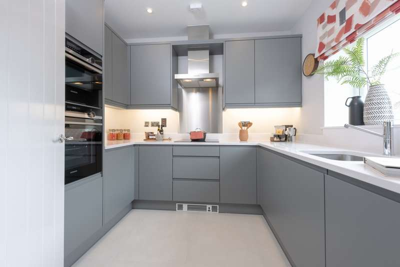 3 Bedrooms End Of Terrace House for sale in Manygate Lane, Shepperton, TW17