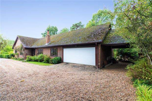 4 Bedrooms Detached Bungalow for sale in Nine Mile Ride, Finchampstead, Wokingham
