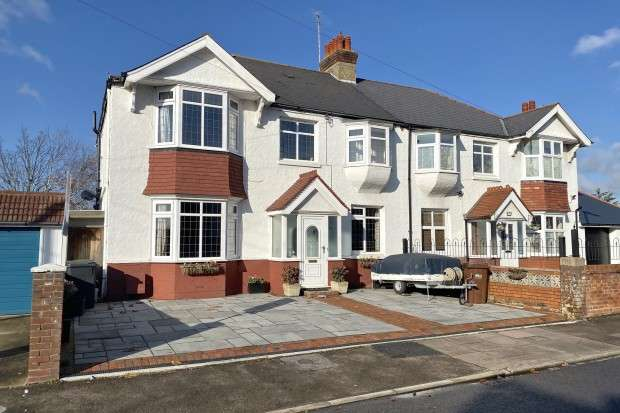 4 Bedrooms Semi Detached House for sale in St. Philips Avenue, Eastbourne, BN22