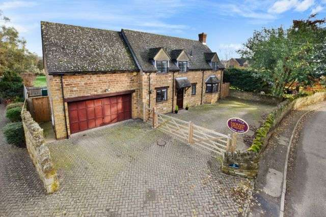 4 Bedrooms Detached House for sale in North Street, Rothersthorpe, Northampton NN7 3JB