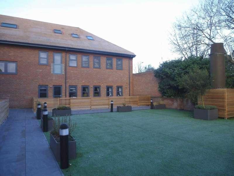 2 Bedrooms Flat for rent in Finchampstead Road, Wokingham