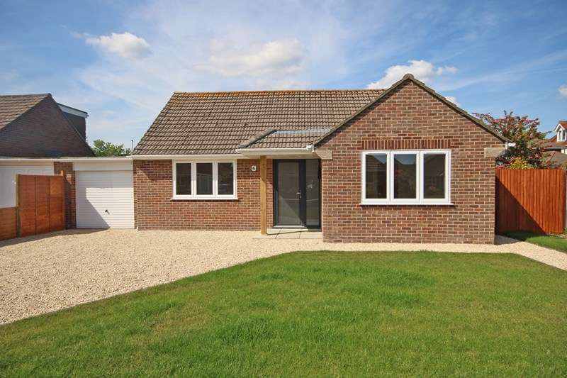 2 Bedrooms Bungalow for sale in East Close, Barton On Sea, New Milton, Hampshire, BH25