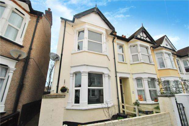 2 Bedrooms End Of Terrace House for sale in Rochford Avenue, Westcliff-on-Sea, Essex