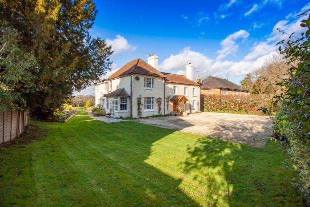 5 Bedrooms Detached House for sale in Chandlers Lane, Yateley, Hampshire