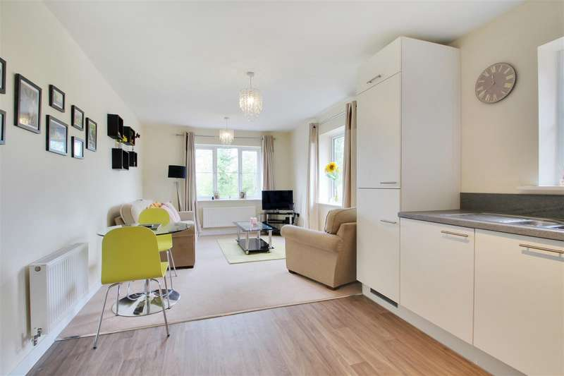 2 Bedrooms Flat for sale in Clover Court, Eden Road, Dunton Green, Sevenoaks