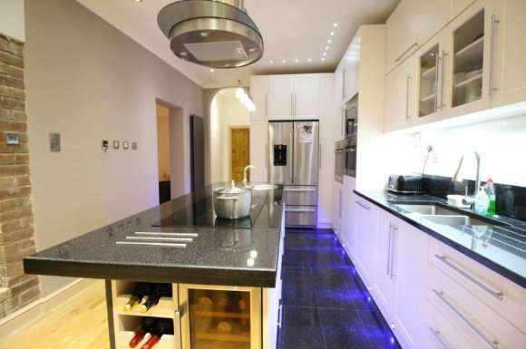 4 Bedrooms Semi Detached House for sale in Restons Crescent, London, SE9