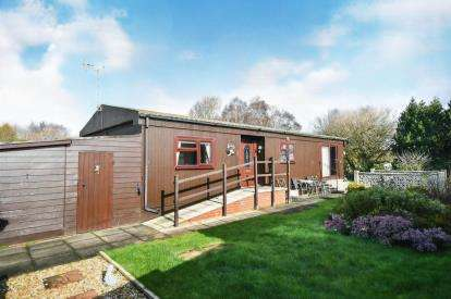 2 Bedrooms Bungalow for sale in Chestnut Crescent, The Elms, Torksey, Lincolnshire