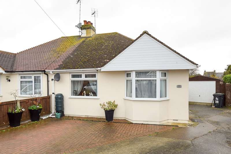 2 Bedrooms Semi Detached Bungalow for sale in Greenhill Gardens, Herne Bay