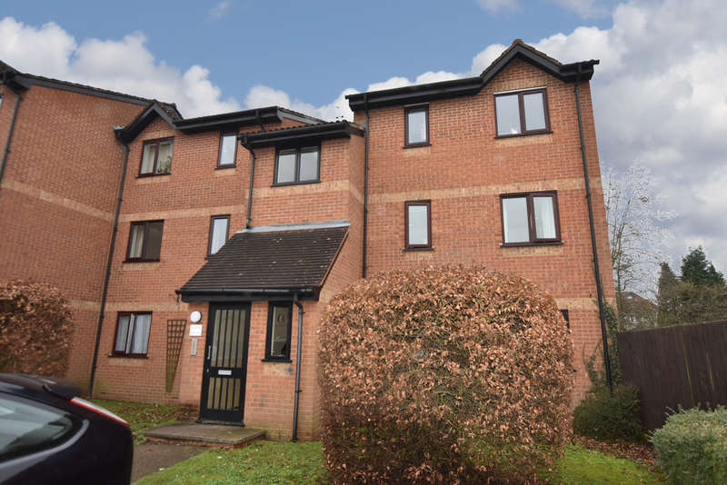 2 Bedrooms Flat for sale in Courtlands Close, Watford