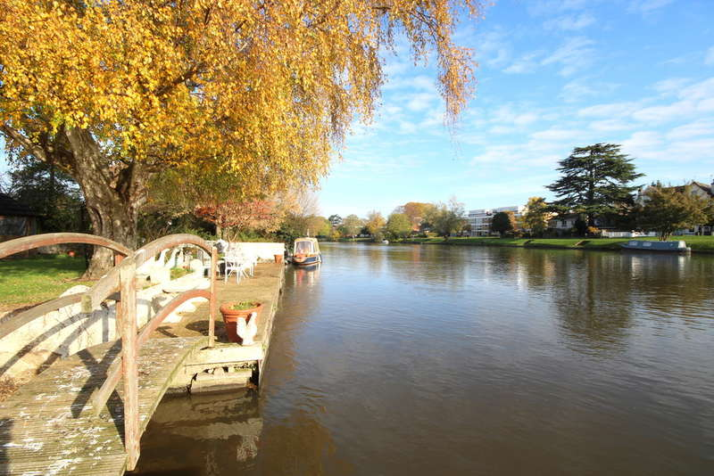 5 Bedrooms Detached House for sale in Chertsey Lane, Staines-upon-Thames, TW18