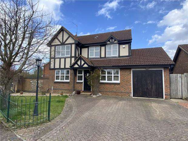 4 Bedrooms Detached House for sale in Rose Gardens, Farnborough, Hampshire