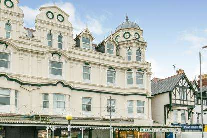2 Bedrooms Flat for sale in Royal Manor Park, 34 Queens Road, Llandudno, Conwy, LL30
