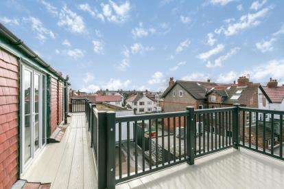 5 Bedrooms Maisonette Flat for sale in Banks Road, West Kirby, Wirral, Merseyside, CH48