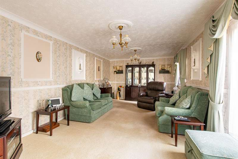 4 Bedrooms Detached House for sale in Lonsdale Drive, Sittingbourne