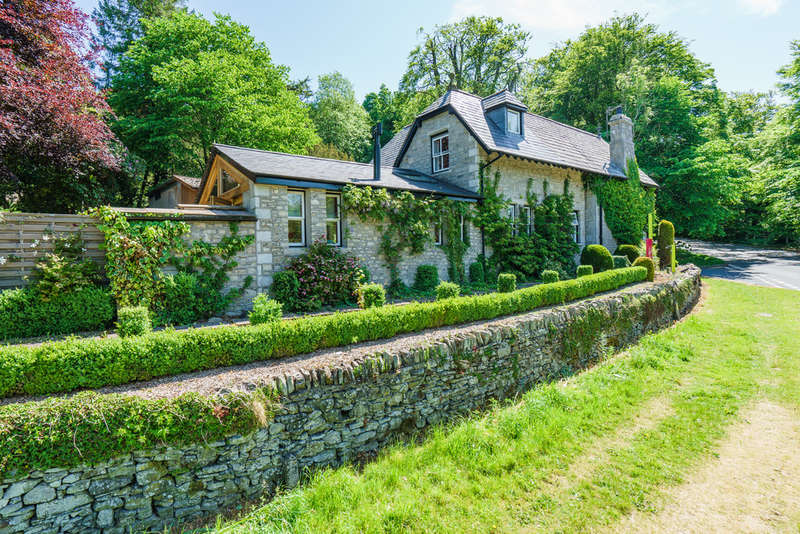 3 Bedrooms Detached House for sale in The Lodge, Castle Green Lane, Kendal, Cumbria LA9 6RG
