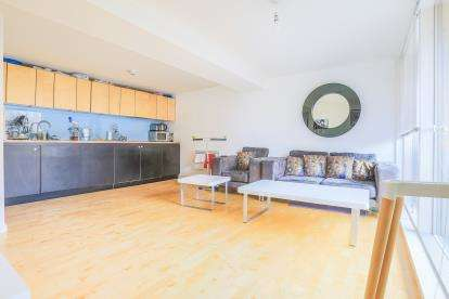 2 Bedrooms Flat for sale in Saxton, The Avenue, Leeds, West Yorkshire