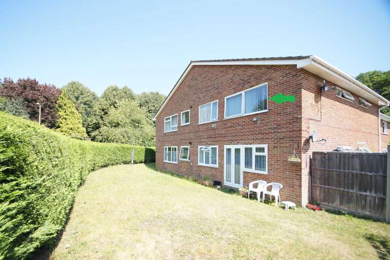 2 Bedrooms Flat for sale in Hollybrook Court, Bordon, Hampshire, GU35