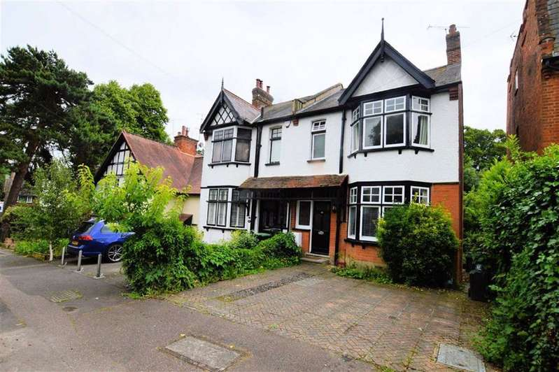 3 Bedrooms Semi Detached House for rent in Kendal Avenue, Epping