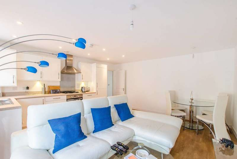 2 Bedrooms Flat for sale in Renwick Drive, Bromley, BR2