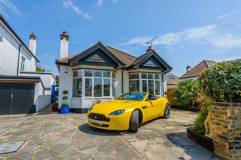 2 Bedrooms Detached Bungalow for sale in Mount Avenue, Chalkwell, SS0